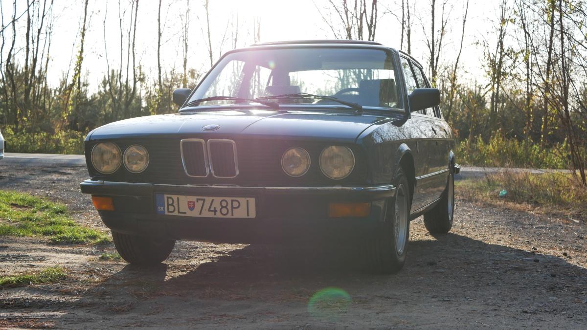 BMW 5 E28 pri západe slnka. Romantika.