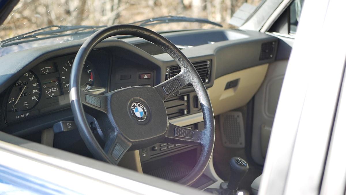Posed je za volantom BMW 5 E28 perfektný