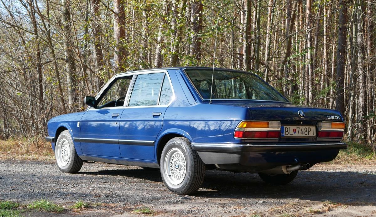 Modrá farba veľmi sluší tomuto BMW 5 E28