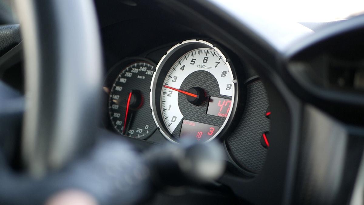 Na otáčkomer v GT86 vidí aj spolujazdec počas jazdy
