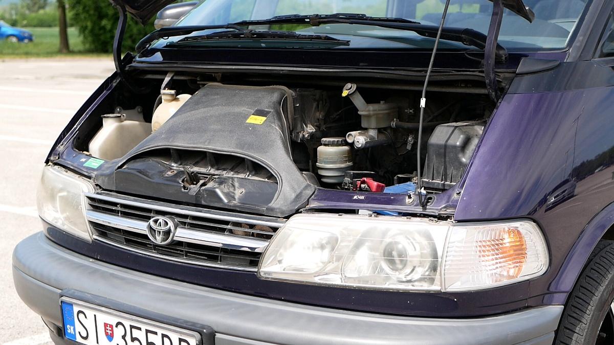 Toyota Previa prvej generácie nemá pod prednou kapotou motor