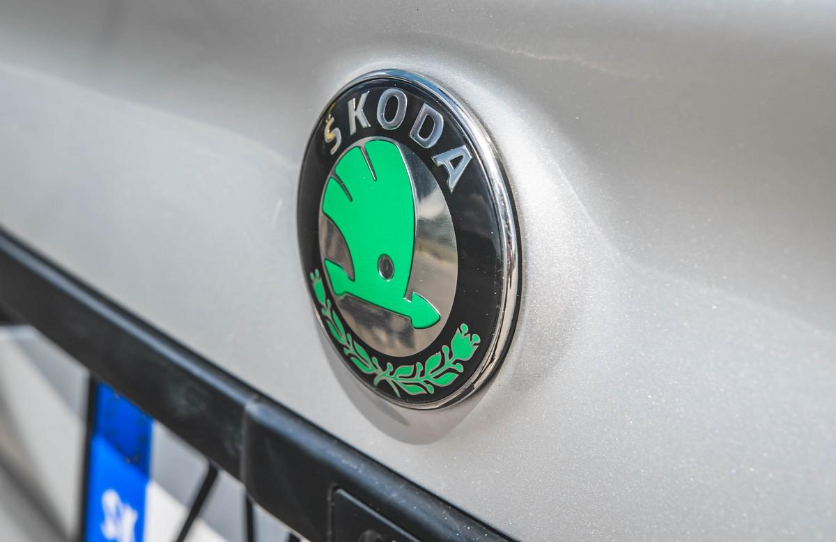 Logo Škoda na zadnej kapote Felície