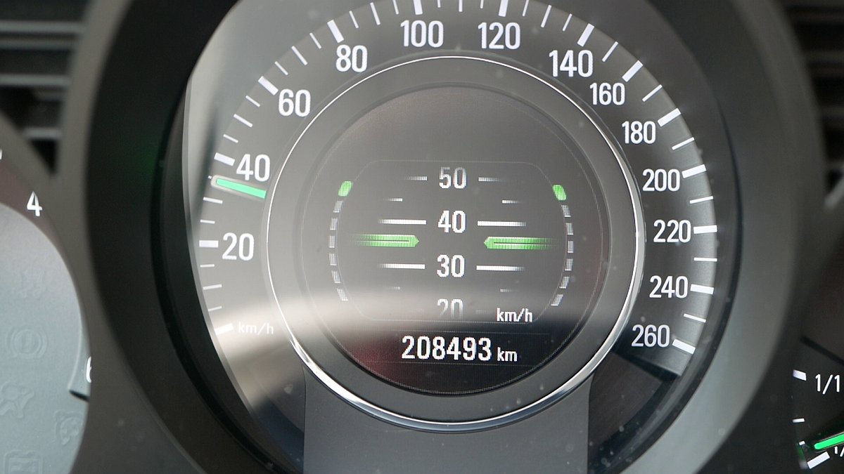 Nádherný tachometer Saab 9-5